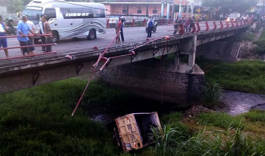 Jembatan Gladak Abang Makan Korban, Dump Truk Jatuh ke Sungai