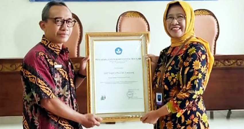 PENGHARGAAN: Kabupaten Lumajang menerima penghargaan Sekolah Tertib Berbahasa Terbaik se-Jawa Timur dalam Lomba Wajah Bahasa Sekolah Tahun 2020. Penghargaan diterima Kepala Bidang Pendidikan Dasar Dinas Pendidikan Kabupaten Lumajang Suryadi