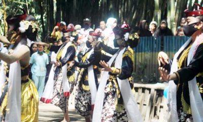 TARI ULING : Sejumlah anak sekolah dasar yang tergabung dalam Sanggar Seni Villa Dancer sedang memperagakan Seni Tari Uling Hutan Bambu