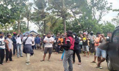 Ratusan pendemo datangi PT Bumi Subur di Desa Wotgalih, mereka protes mata pencaharian menjadi tergangggu gara-gara limbah dibuang ke laut..