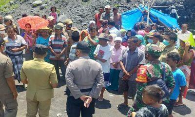 Puluhan warga Dusun Sumberlangsep, Desa Jugosari, Kecamatan Candipuro unjuk rasa minta Penambangan pasir yang diduga ilegal di tepi aliran Sungai Leprak dihentikan.