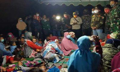 Bupati Lumajang meninjau lokasi pengungsian warga terdampak erupsi Gunung Semeru tadi malam.